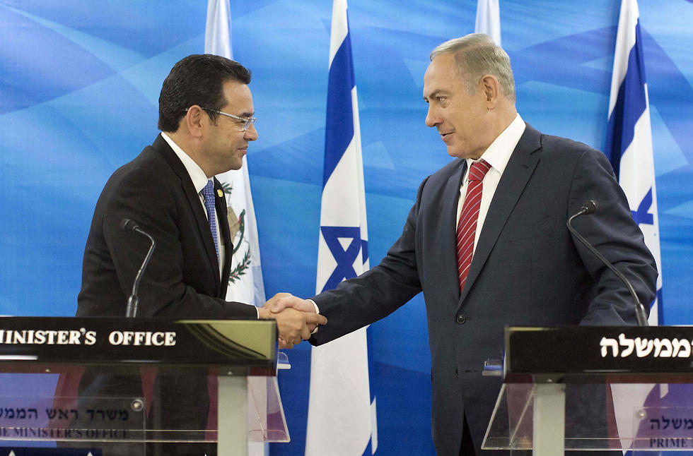 atemalan President Jimmy Morales meets with Netanyahu (file photo) (Photo: AFP)