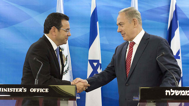 President Morales (L) spoke with PM Netanyahu and announced plans to move the Guatemalan embassy to Jerusalem (Photo: AFP)