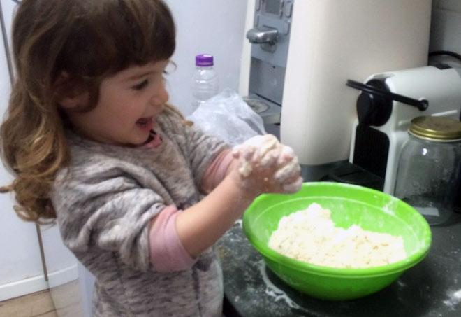 אתם שלחתם: נטע, בת 4, אופה ומסופקת מכך שהצליחה ללוש בצק (צילום: עדי שבירו גולדברג)