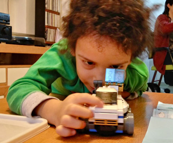 אתם שלחתם: אביתר, בן כמעט 5, עובד בריכוז מלא על דגם לגו (צילום: רובי מזעקי)
