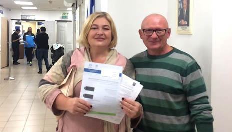 Ольга Аркель с супругом в отделении МВД с документами о гражданстве