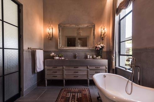 חדר הרחצה בסגנון רומנטי מחוספס (צילום: גלעד רדט)