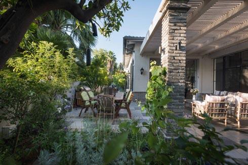 פינות הישיבה והאכילה בחצר טובלות בירוק  (צילום: גלעד רדט)
