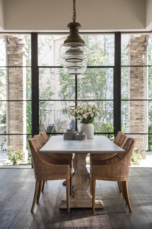 בטון, עץ, קש וזכוכית בפינת האוכל (צילום: גלעד רדט)