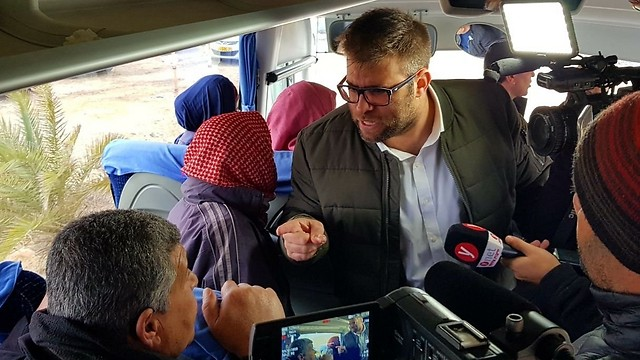 Hazan in heated argument with family member of security prisoner (Photo: Oren Hazan's twitter account)