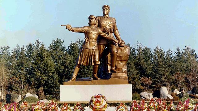 פסל של המנהיג הנערץ קים איל סונג בצפון קוריאה (צילום: AP) (צילום: AP)