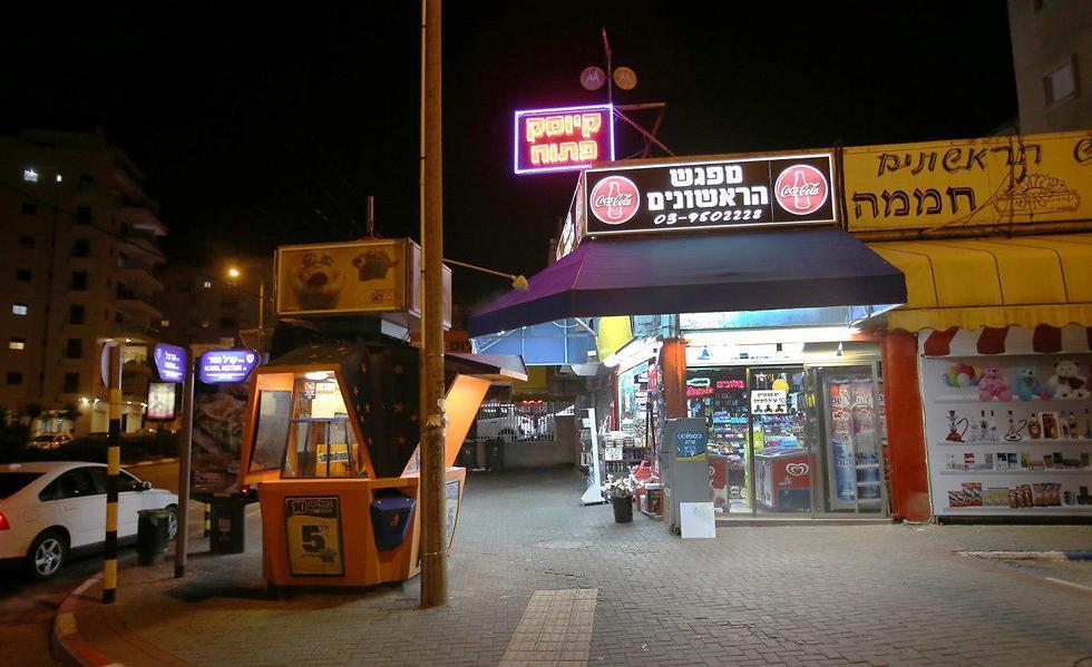 Convenience store open on Shabbat, Tel Aviv (Photo: Avi Moalem)