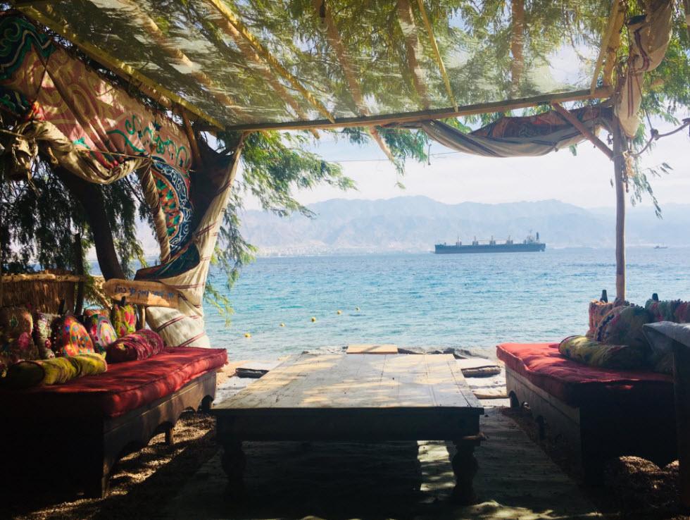 לא צריך לנסוע לסיני כדי לשבת בשאנטי על החוף (צילום: לין לוי)