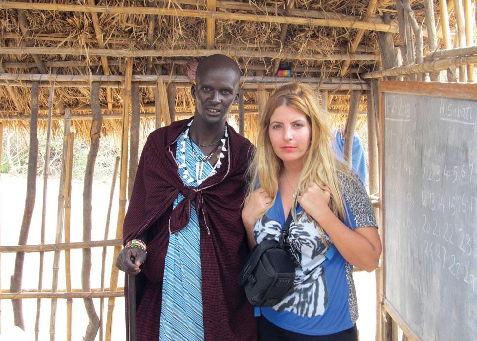 """לי רשף (35) - חיה בזוגיות, מלווה עסקית ליזמים ולעסקים דיגיטליים, מרצה על פעילותה באפריקה, גרה בכפר מעש - עם אולאה דראופ, בנו של הצ'יף בשבט המסאי בטנזניה. """"המשפחה שלי חשבה שהשתגעתי לחלוטין, כי לא מעניין אותי כלום חוץ מאריות""""  (צילום: אלבום פרטי)"""