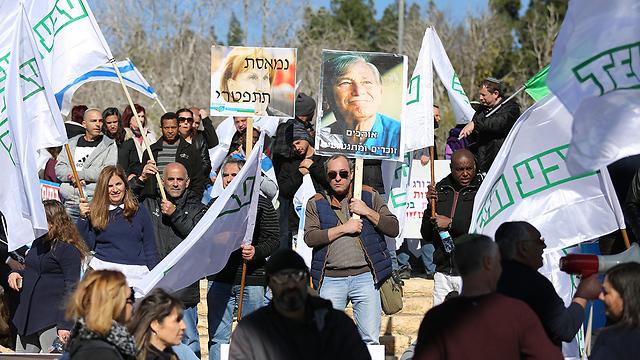 הפגנת עובדי טבע מול הכנסת במהלך המאבק (צילום: אלכס קולומויסקי)
