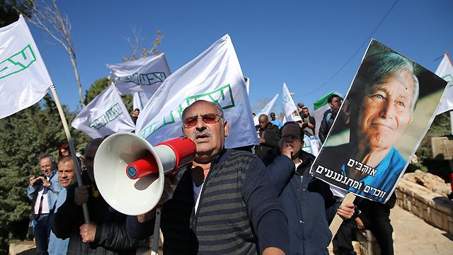 Teva workers protesting  in Jerusalem outside the Knesset compound, December 26 (Photo: Alex Kolomoisky)