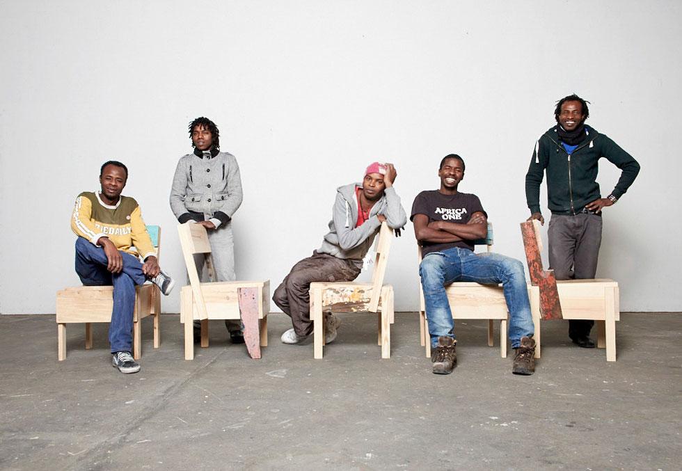 מתוך פרויקט הרהיטים של CUCULA. לא רק תרומה, עבודה.  למטה: המייצג של  אי וייוויי,  תיק הגב של No Mad Makers, משילוב של סירות ואפודי הצלה ודגל אומת הפליטים של יארה סעיד (צילום: Verena Brüning)
