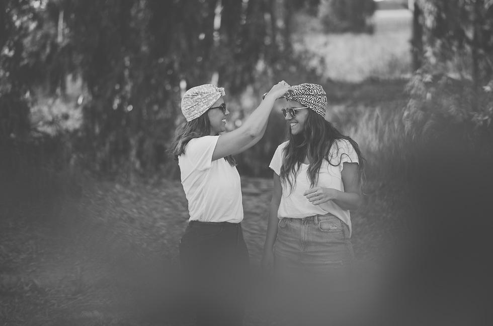 ליאת ליה והמטפחות המעוצבות שלהן (צילום: יעל אמיר) (צילום: יעל אמיר)