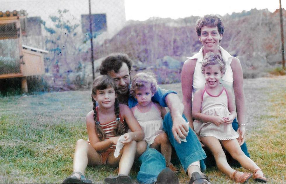 """תמונת ילדות, עם ההורים ושתי האחיות. """"בכל הקשור לאבי, יש לי חור שחור: אין לי כמעט זיכרונות, תחושות או חוויות""""  (צילום: אלבום פרטי)"""