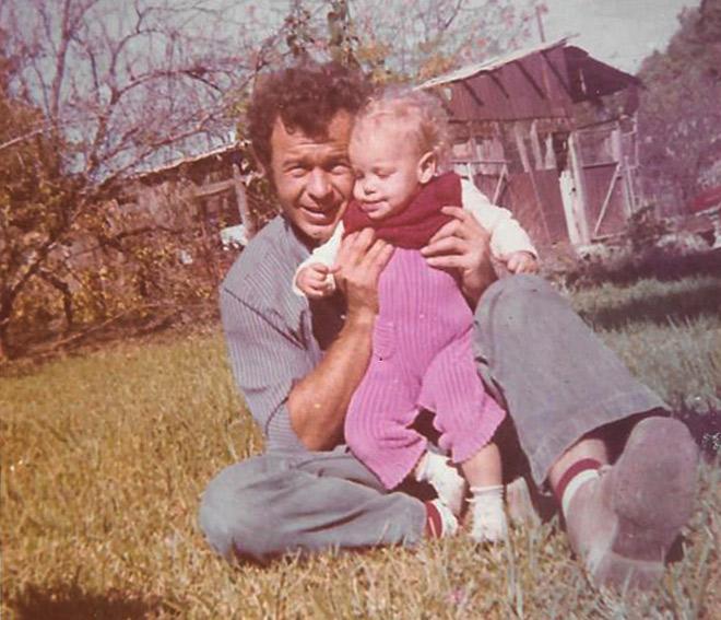"""עם אביה, יהודה ז""""ל. """"אבא הוא מושג חסר עבורי"""" (צילום: אלבום פרטי)"""