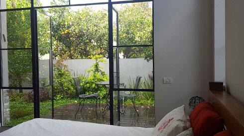 היציאה מחדר השינה לגינה