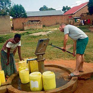 שאיבת מים בכפר באוגנדה