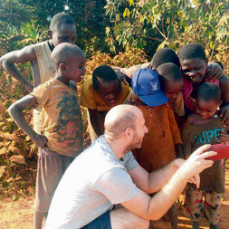 ילדי הכפר צופים באייפון שלי