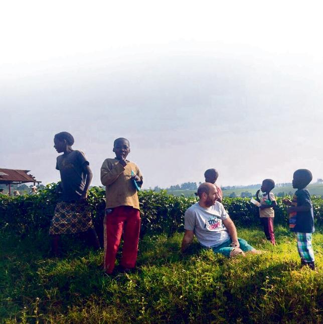 אני, עם ילדי כפר באוגנדה. קצת כמו בשטעטל