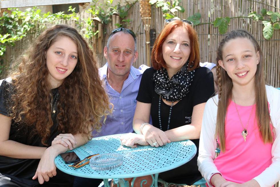 צור עם ההורים והאחות. למטה: כתבה על הפיגוע בארמון הנציב בירושלים (צילום: באדיבות המשפחה)