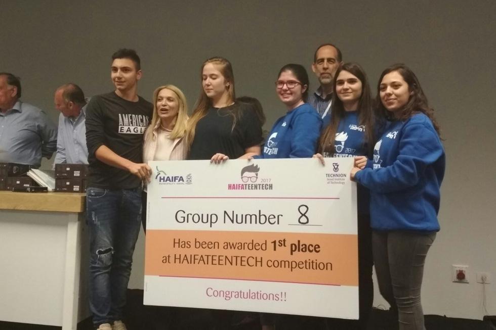"""הקבוצה שזכתה במקום הראשון בתחרות. """"מה שיפה באירוע זה שנעשית בו למידה תוך כדי עשייה"""" (צילום: HaifaTeenTech)"""
