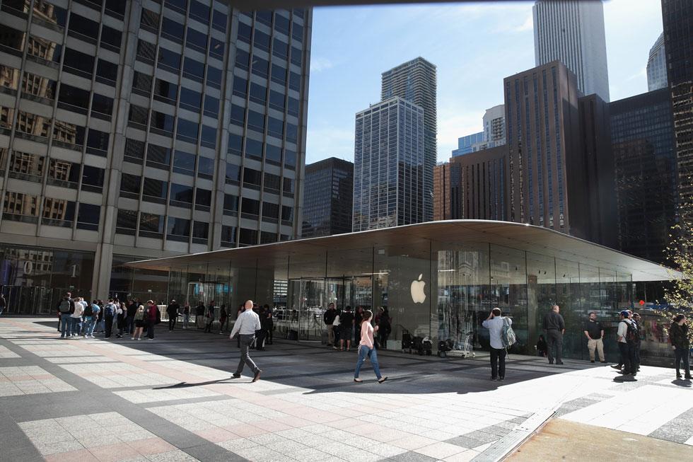 החנות שתכנן האדריכל נורמן פוסטר ל''אפל'' בשיקגו. הגג נראה בדיוק כמו מחשב ''מקבוק'' נייד (צילום: Gettyimages)