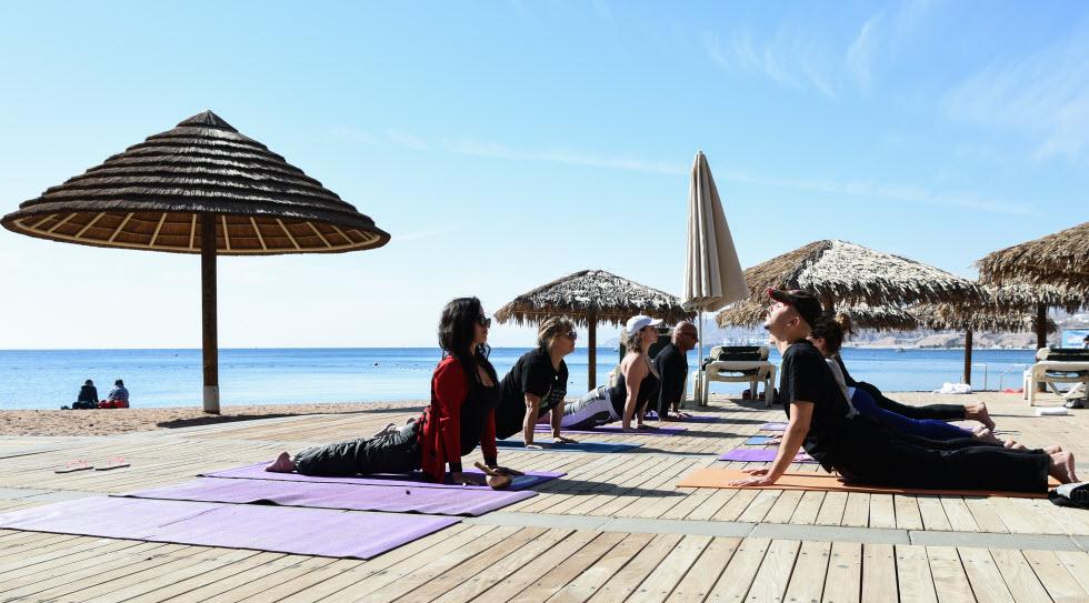 יוגה עם נוף מרהיב של חוף הים האדום (צילום: סטודיו אילת)