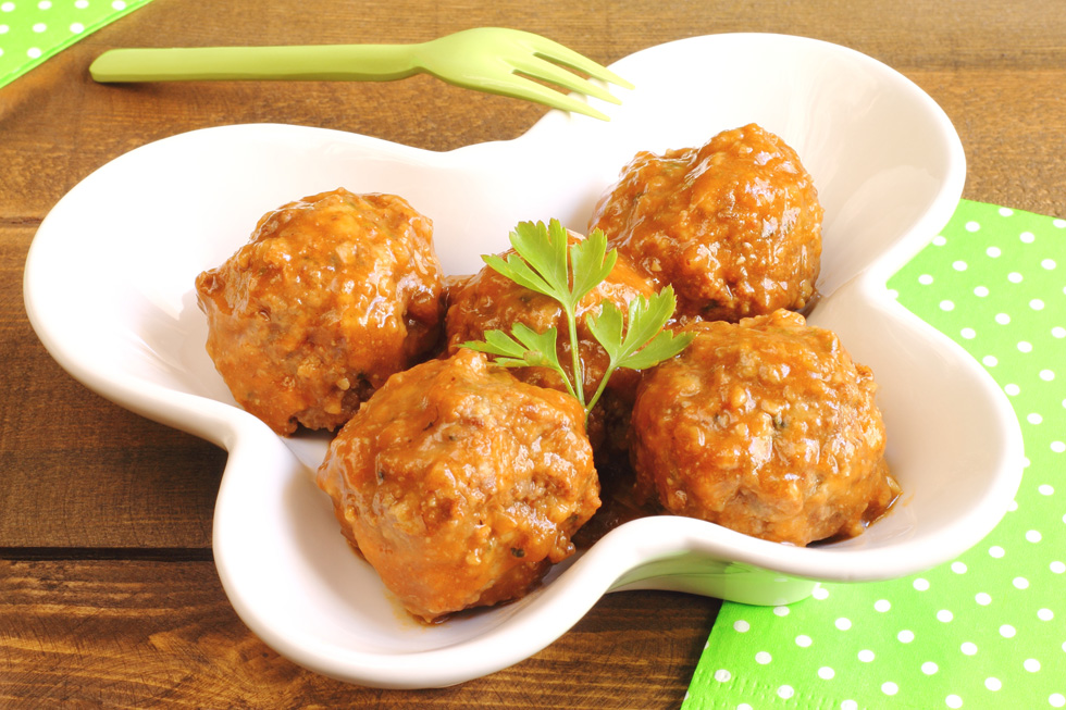 כדורי עוף מבושלים ברוטב (צילום: Shutterstock)