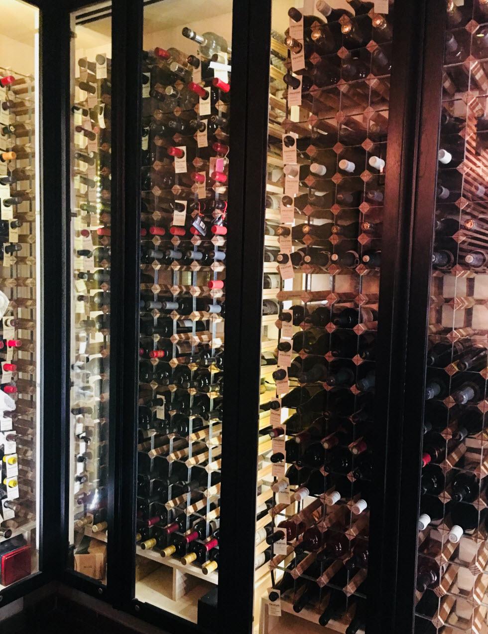מקרר יין ענק עם מבחר של 90 יינות, מסעדת פאגו פאגו  (צילום: לין לוי)