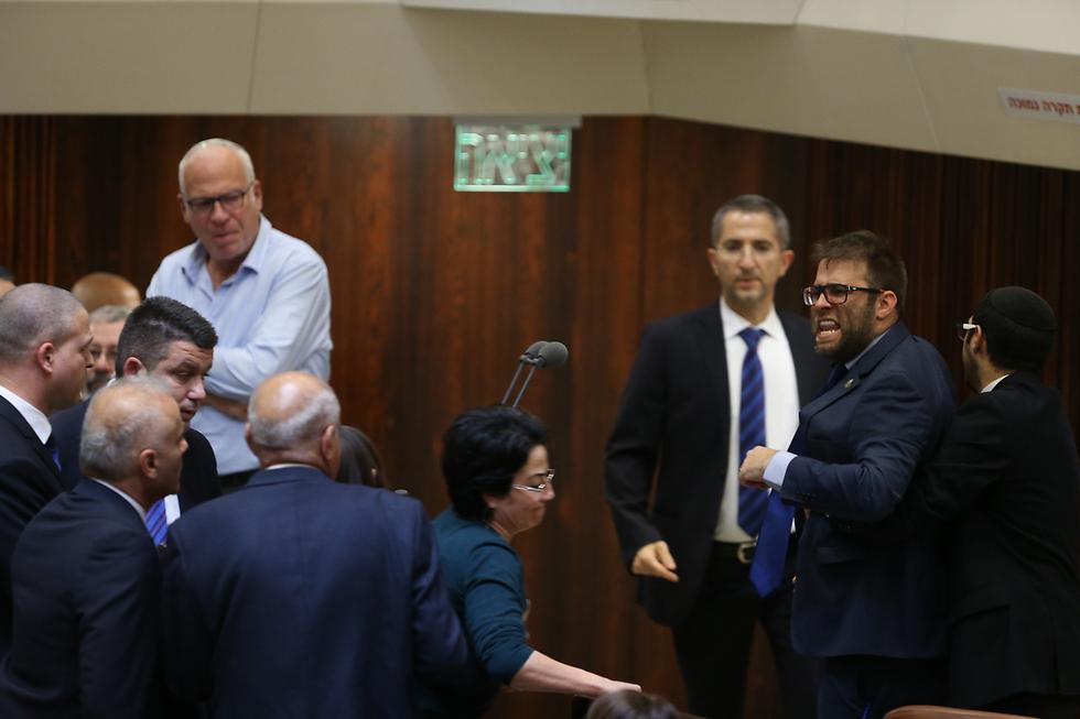 Hazan clashes with Zoabi in the Knesset (Photo: Amit Shabi)