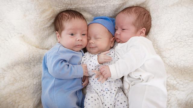 אחד התינוקות סובל מדלקת ריאות. תמונת אילוסטרציה של שלישייה (צילום: shutterstock) (צילום: shutterstock)