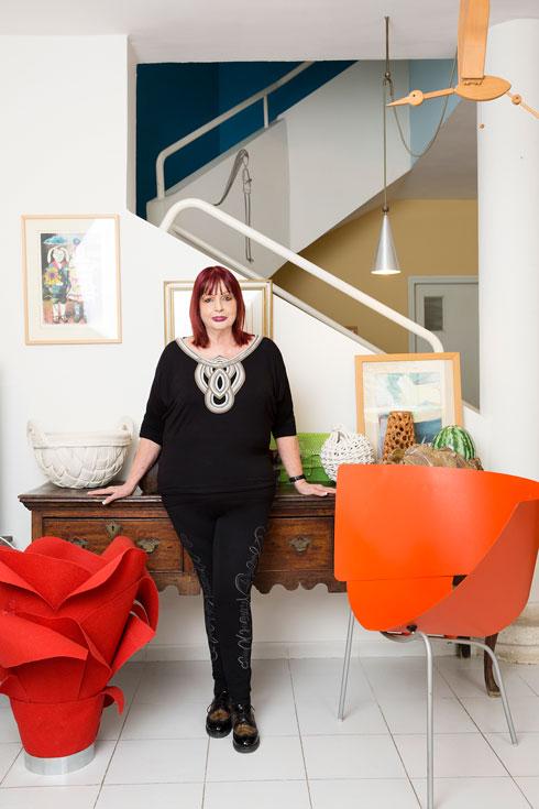 פארן בביתה, בין אבטיפוס של כיסא בעיצוב רונן קדושין (2001) לאובייקט אדום של טלי בלומנאו (צילום: ענבל מרמרי)