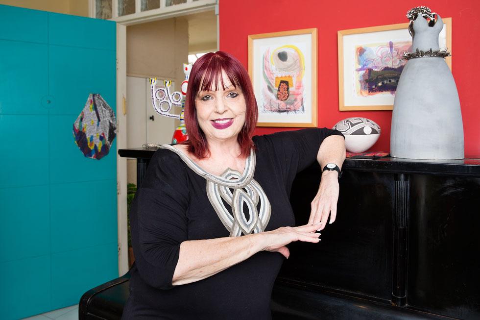 שרי פארן בביתה ברעננה. מה הגיע לכאן מ-20 שנה של תערוכות בגלריה? ''פריטים אהובים, אם כי לאו דווקא הכי משמעותיים.. את חלקם קיבלתי מהאמנים במתנה. כל מה שכאן הוא מעין יומן, לא הייתה לי כוונה לבנות אוסף'' (צילום: ענבל מרמרי)