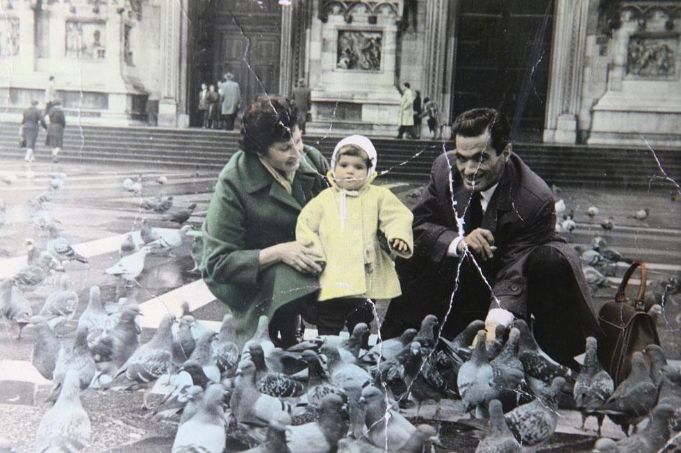 """רונית מטלוןן בגיל שנתיים """"זהו התצלום המשפחתי היחיד שבו יש לי אמא ואבא יחד"""" (צילום: אלבום פרטי)"""