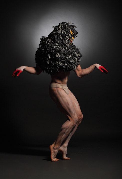 עבודה של אידית קפלן, 2012. ארתור אסטמן רוקד (צילום: כפיר זיו)