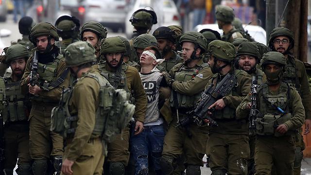 """מעצר בחברון. """"להעניק לפלסטינים את זכות ההגדרה העצמית"""" (צילום: EPA) (צילום: EPA)"""