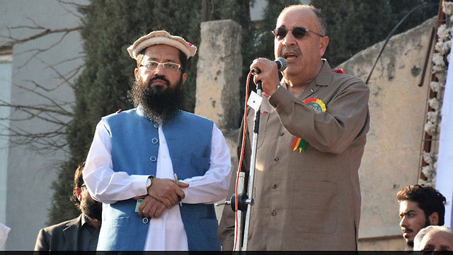 Palestinian Ambassador to Pakistan Abu Ali (R) and Lashkar-e-Taiba leader Saeed (Photo: Twitter)