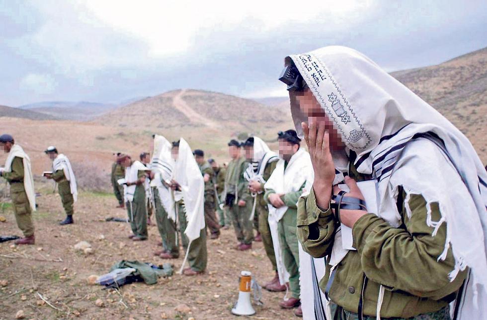 חיילים חרדים מתפללים