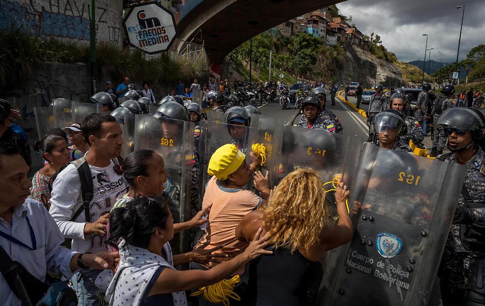 עימותים בין חיילים לאזרחים בוונצואלה (צילום: EPA)