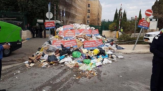 Garbage piled outside the entrance to the Finance Ministry's Jerusalem offices (Photo: Histadrut)