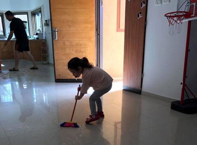 """מיכל חיון אסרף שלחה: """"בעלי והבת שלי בזמן איכות - שוטפים את הבית. התפקיד שלהם"""""""