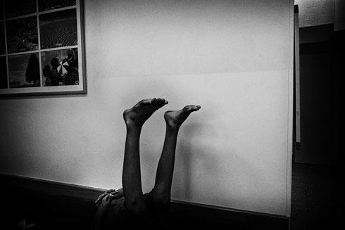 """מתוך התערוכה: תמונה שצולמה במקלט לנשים מוכות. """"רציתי לברוח ממקום צהוב"""" (צילום: ורד שדות)"""