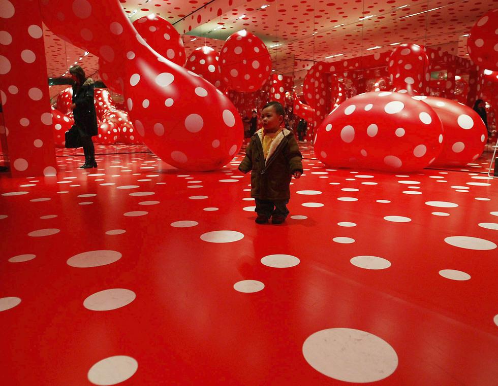 """""""תערוכת בלוקבאסטר"""". יצירתה של יאיוי קוסמה (צילום: Getty Images) (צילום: Getty Images)"""