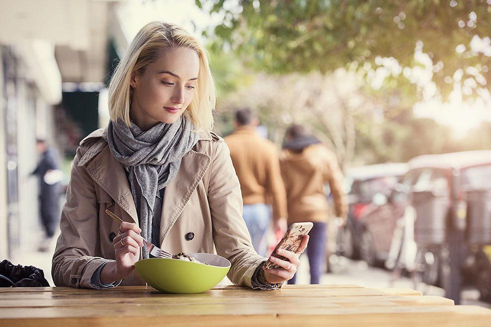 למה לאכול עם אנשים, אם אפשר לאכול עם הטלפון? (צילום: shutterstock) (צילום: shutterstock)