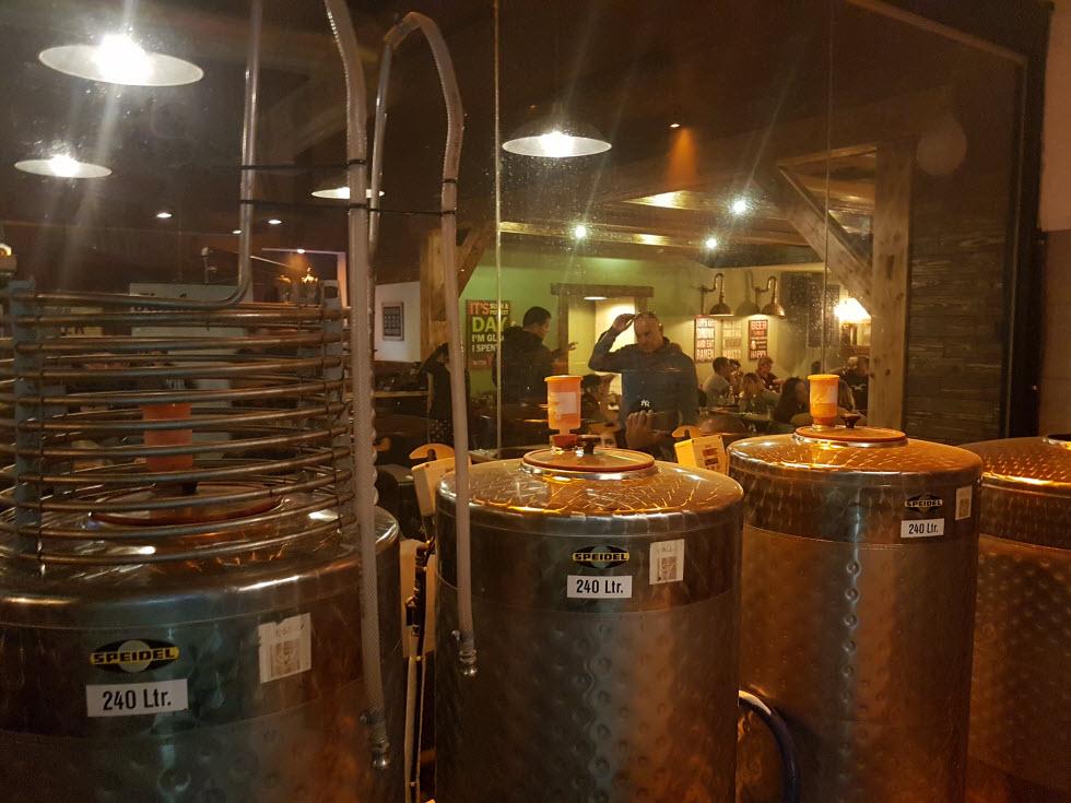להריח את הבירה מתבשלת תוך כדי הישיבה במקום. המבשלה באילת (צילום: אסף קמר)