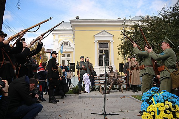 An official ceremony in memory of Petliura in the Jewish neighborhood of Vinnitsa  (Photo: Myvin.com.ua)