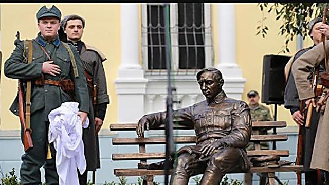 מזוהה כאחראי לטבח לא פחות ממאה אלף יהודים חפים מפשע. אנדרטת סימון פטליורה (צילום: myvin.com.ua)