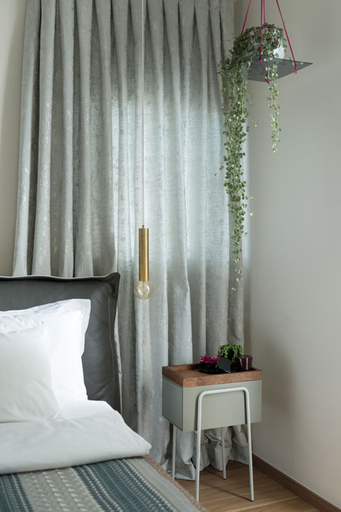 בחדר ההורים הווילונות מעניקים רקע עשיר למיטה (צילום: גדעון לוין 181 מעלות)