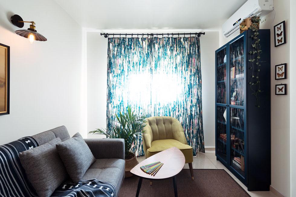 החדר של סבא ליאוניד נוסף בשיפוץ, על חשבון חלק מהסלון. הספה נפתחת למיטה וגם כאן יש נוכחות לספרייה (צילום: גדעון לוין 181 מעלות)