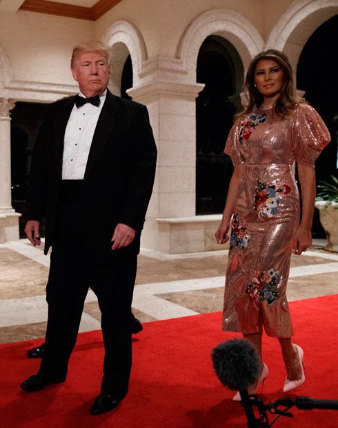 שמלה של ארדם עם תג מחיר צנוע של 4,000 דולר. מלניה טראמפ (צילום: AP)